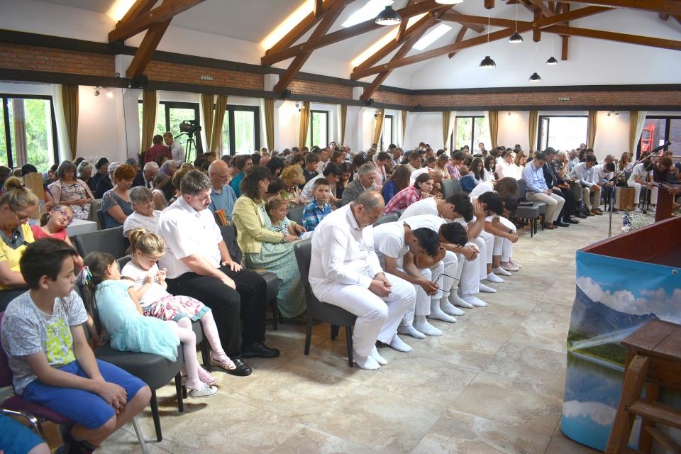 A közös ünnep résztvevői imában.