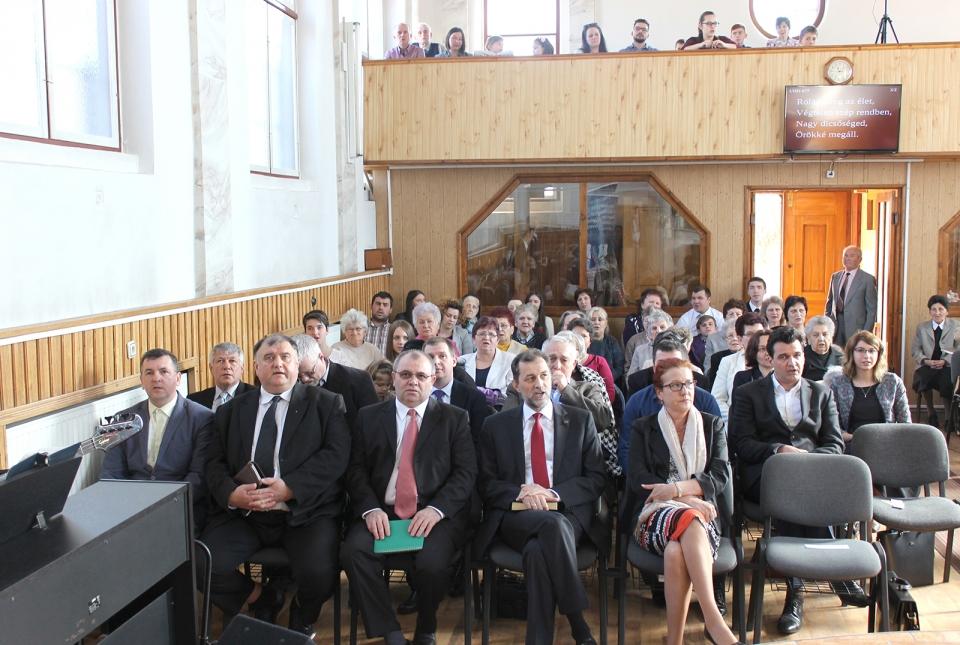 A gyülekezet, előtérben a meghívott szolgálattevők