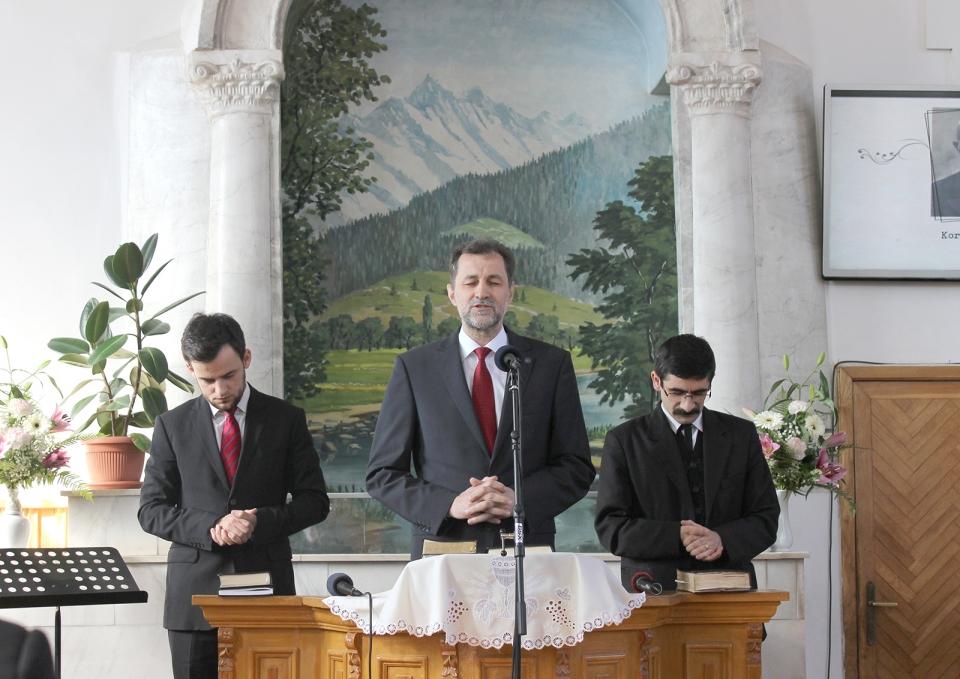 Papp János imádkozik